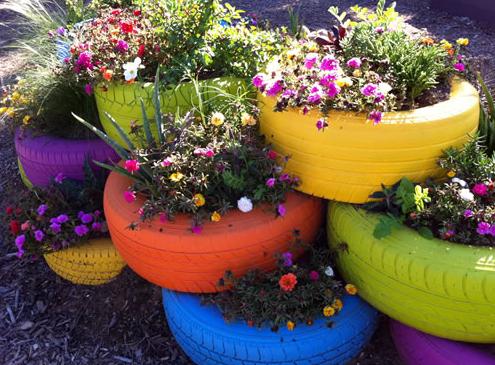 Jardim feito com pneus