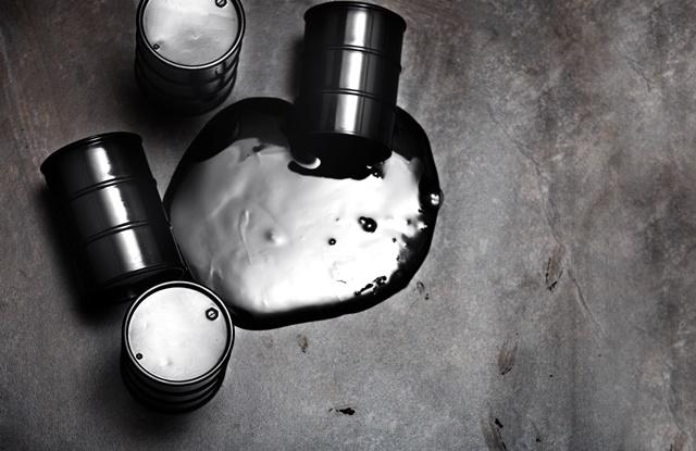 foto de barril de petróleo vazando