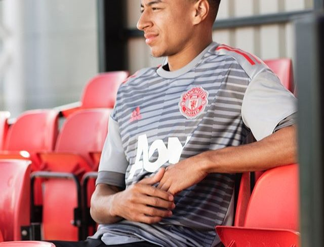 foto de homem sentando na cadeira com camisa feita de plástico reciclável