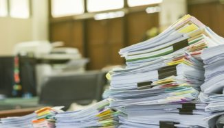 foto de papéis em cima da mesa do escritório