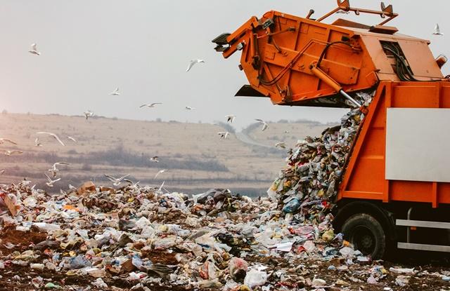foto de caminhão de lixo descarregando resíduos no aterro sanitário