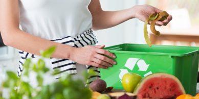 foto de mulher separando alimento no lixo reciclável