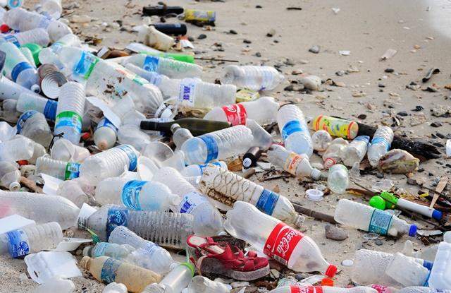 foto de garrafas plásticas jogadas na areia