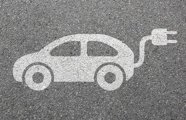 foto de carro elétrico desenhado no asfalto