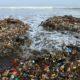 lixo acumulado no rio