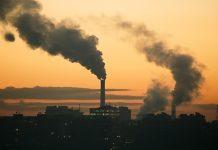 foto de industria soltando fumaça