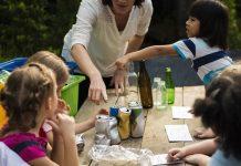 foto de professora ensinando sobre reciclagem para as crianças