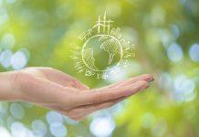foto de mão segurando desenho do planeta terra sustentável