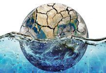 foto de planeta terra afundado na água e com a parte de cima com seca